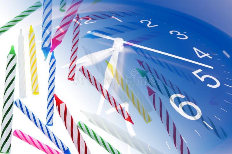 Velas del reloj y del cumpleaños fotos de archivo