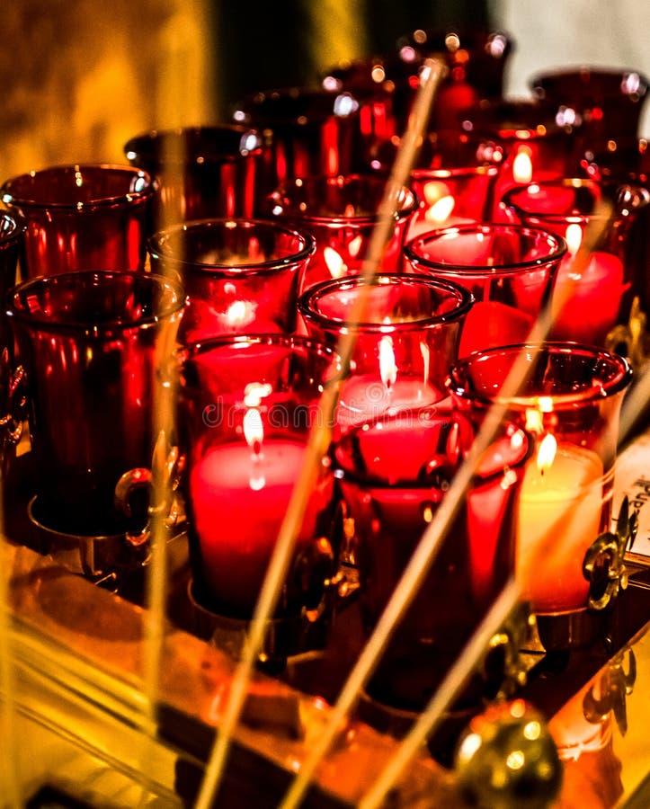 Velas del rezo de Louis Basilica Side Altar Red del santo fotografía de archivo libre de regalías