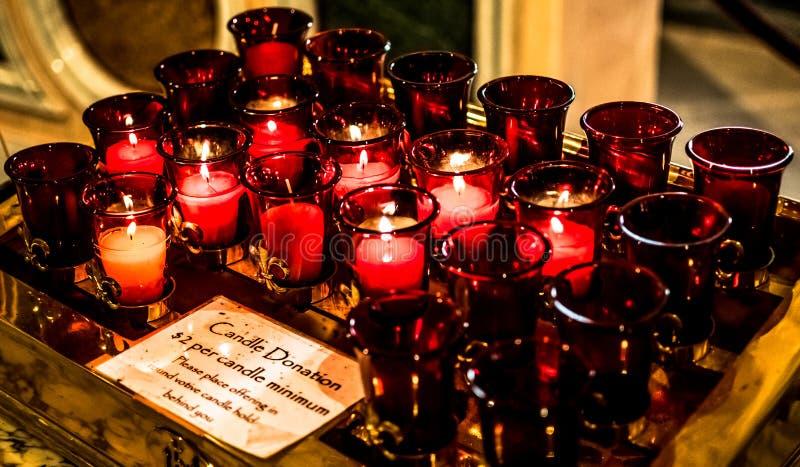 Velas del rezo de Louis Basilica Side Altar Red del santo imagen de archivo