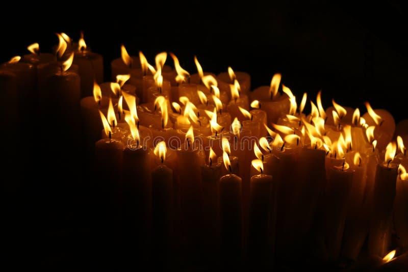 Velas del rezo de luz foto de archivo libre de regalías