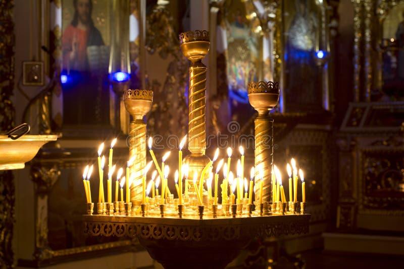 Velas del rezo en iglesia de la ortodoxia fotografía de archivo libre de regalías