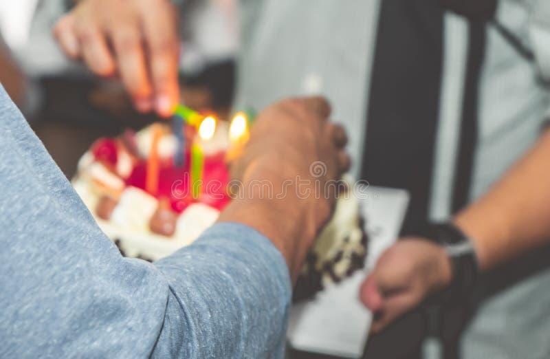 Velas do aniversário da iluminação do paizinho no bolo de aniversário para o partido brithday das crianças imagens de stock royalty free