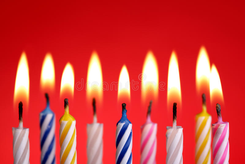 Velas do aniversário no vermelho imagens de stock royalty free