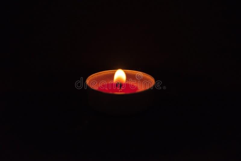 Velas do fogo no fundo preto fotos de stock