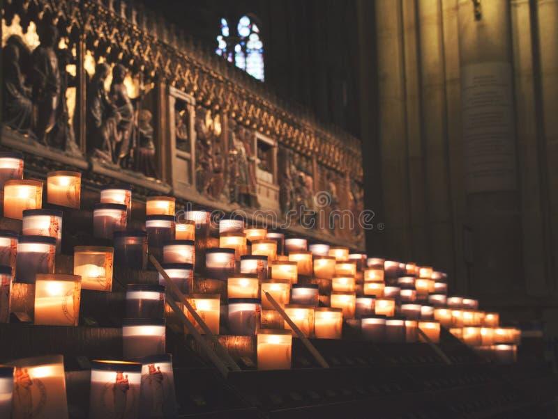 Velas do Lit dentro da igreja Notre Dame de Paris, França foto de stock