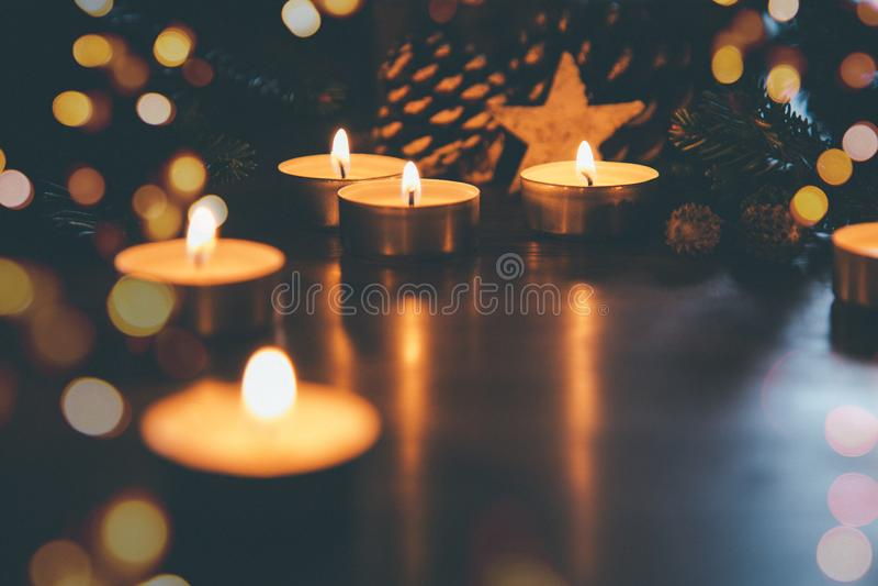 Velas do Natal com bokeh dos ornamento e das luzes foto de stock royalty free