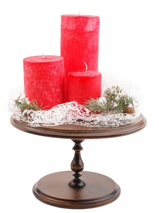 Velas do Natal e ramos do abeto com cones em um cadinho de madeira Isolado no branco imagens de stock royalty free