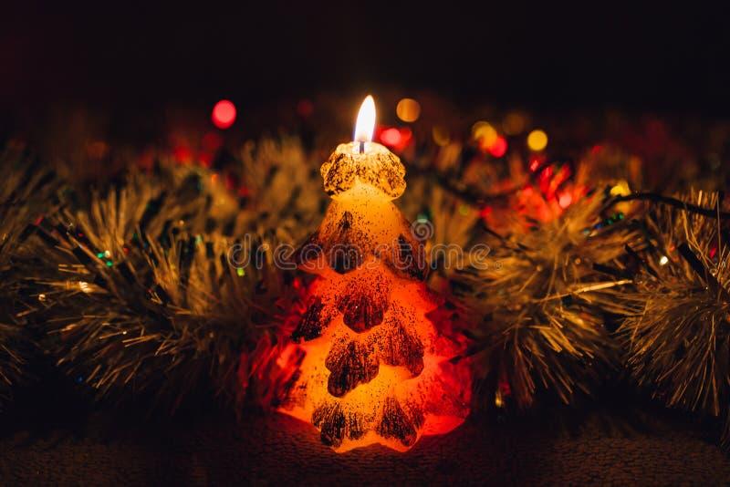Velas do Natal sobre o fundo escuro com luzes imagens de stock royalty free