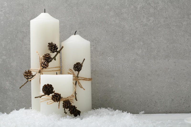 Velas do White Christmas no concreto fotos de stock royalty free