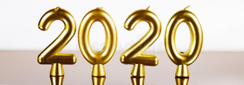 Velas douradas fundo de 2020 anos fotos de stock