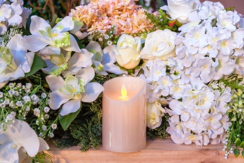 Velas e flores beautilful - Foco seletivo fotos de stock royalty free