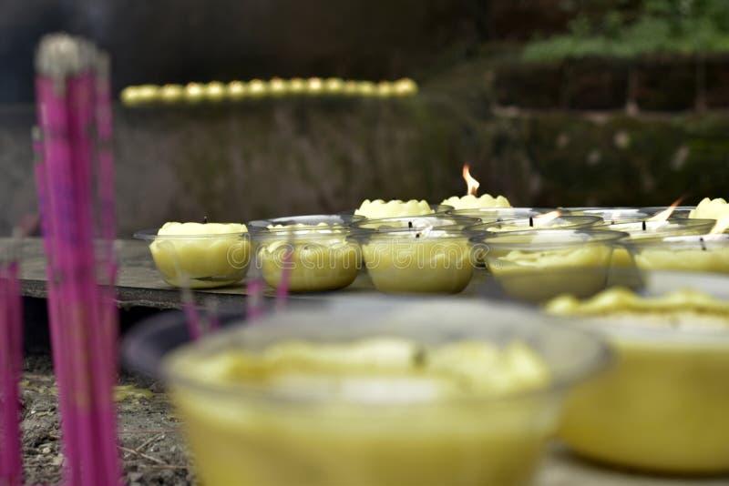 Velas e incienso en el monasterio budista fotos de archivo