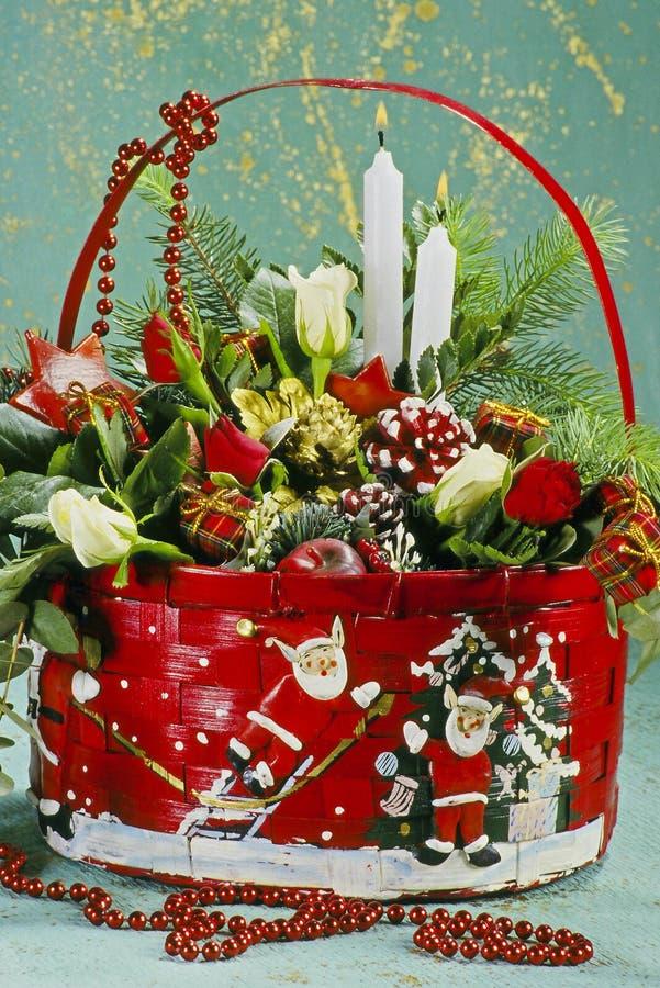 Velas e luzes do Natal na cesta foto de stock royalty free