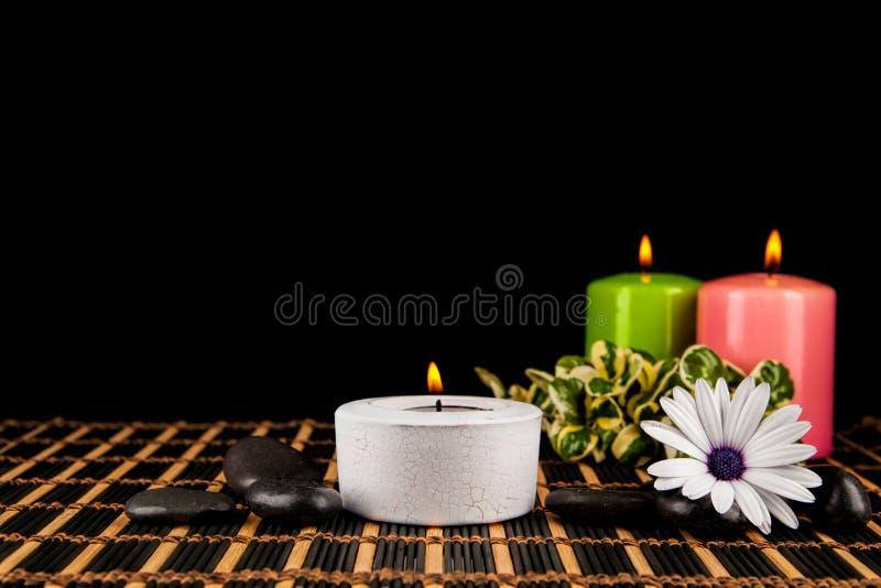 Velas e seixos ardentes para a sessão da aromaterapia fotografia de stock royalty free