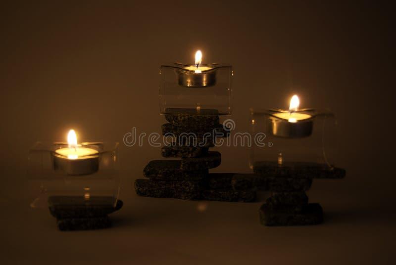 Velas em pedras do zen fotos de stock royalty free
