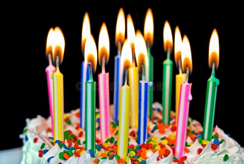 Velas em um bolo de aniversário imagem de stock