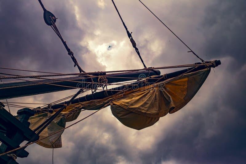 Velas em um navio de navigação velho fotos de stock royalty free