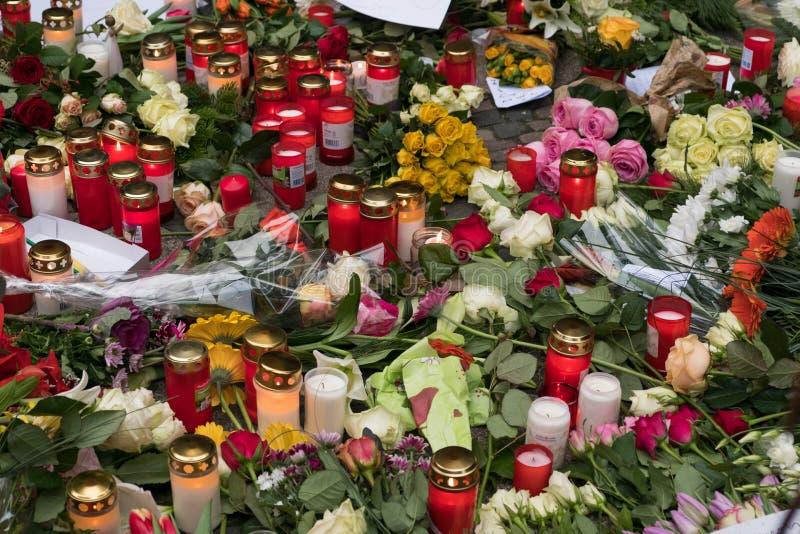 Velas en el mercado en Berlín, el día de la Navidad después imagen de archivo