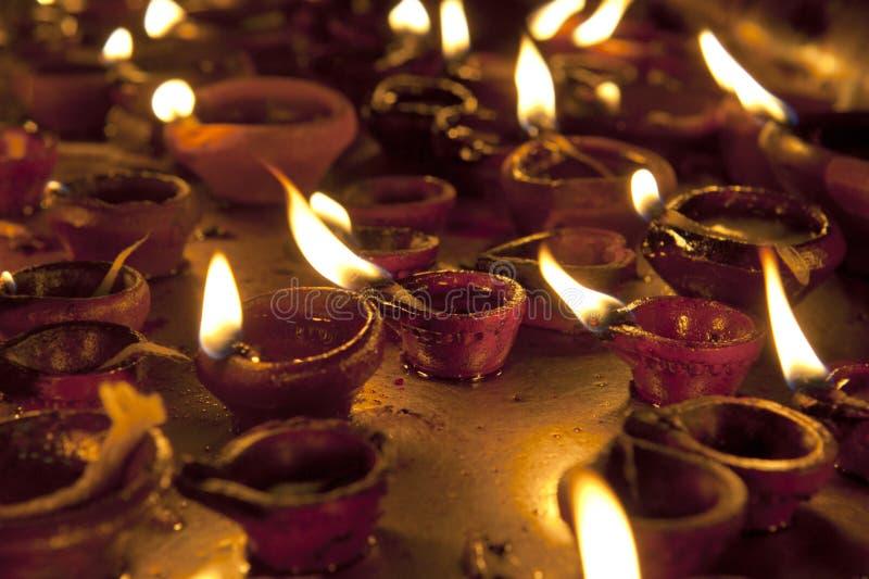 Velas en el templo hindú de Meenakshi en Madurai foto de archivo