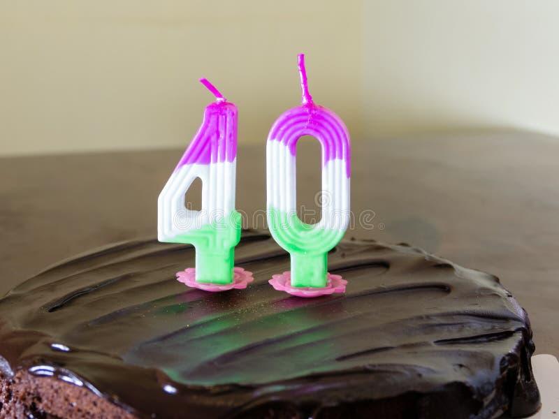 40 velas en la torta de cumpleaños del chocolate fotos de archivo libres de regalías