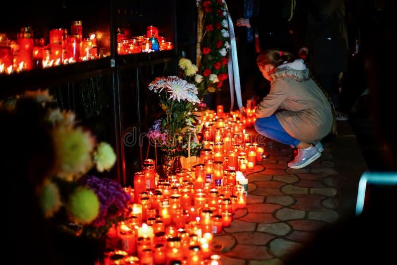 Velas en memoria de víctimas de la tragedia del club de Colectiv imagen de archivo