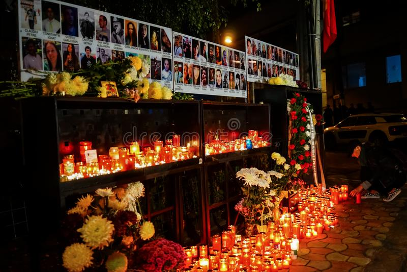Velas en memoria de víctimas de la tragedia del club de Colectiv imagenes de archivo