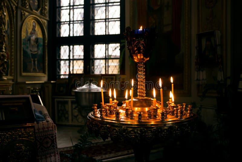 Velas en una iglesia imágenes de archivo libres de regalías