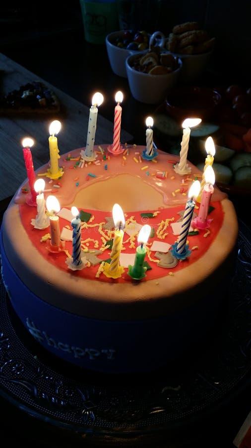 Velas en una torta foto de archivo