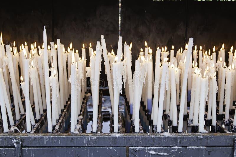Velas encendidas blanco fotografía de archivo