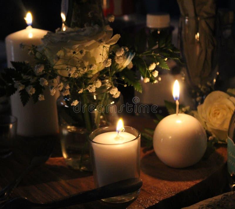 Velas encendidas con las flores - imponentes fotos de archivo