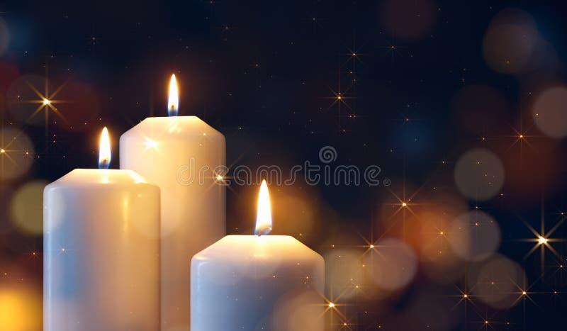 Velas encendidas durante la celebración de la Navidad foto de archivo libre de regalías