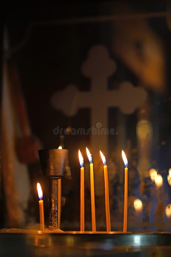 Velas encendidas en la iglesia de la Virgen María en Paleokastritsa, Corfú imagen de archivo
