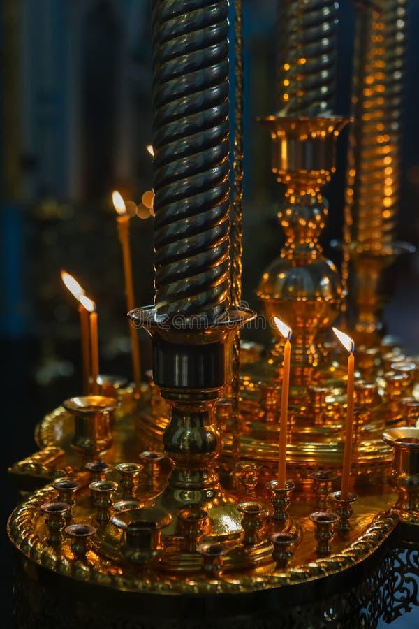 Velas fúnebres de queimadura na igreja ortodoxa imagem de stock