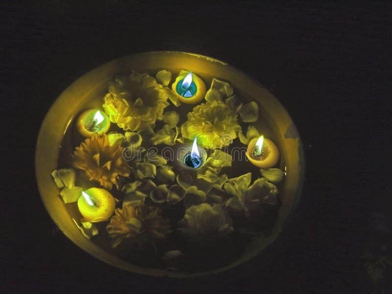 Velas festivas iluminadas acima para a adoração ritual India fotos de stock royalty free