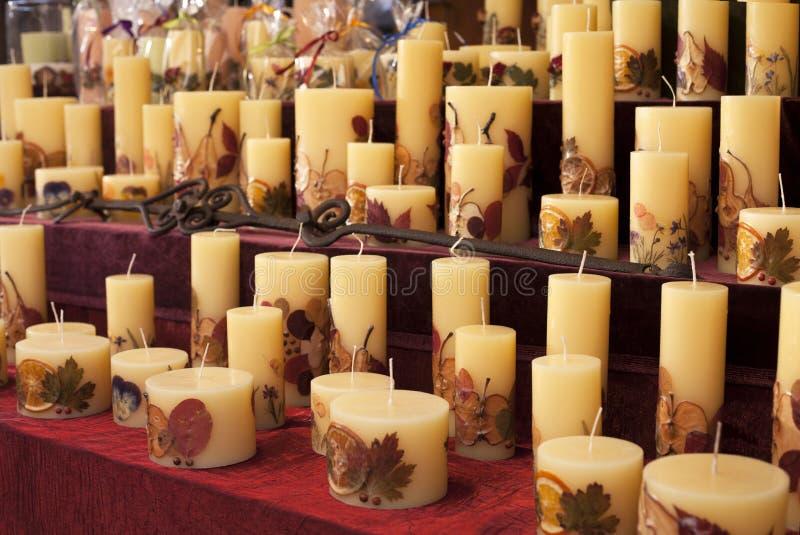 Velas hechas a mano con las flores, las frutas y los partes movibles de la hoja para la venta en un mercado de la Navidad en Buda fotografía de archivo libre de regalías