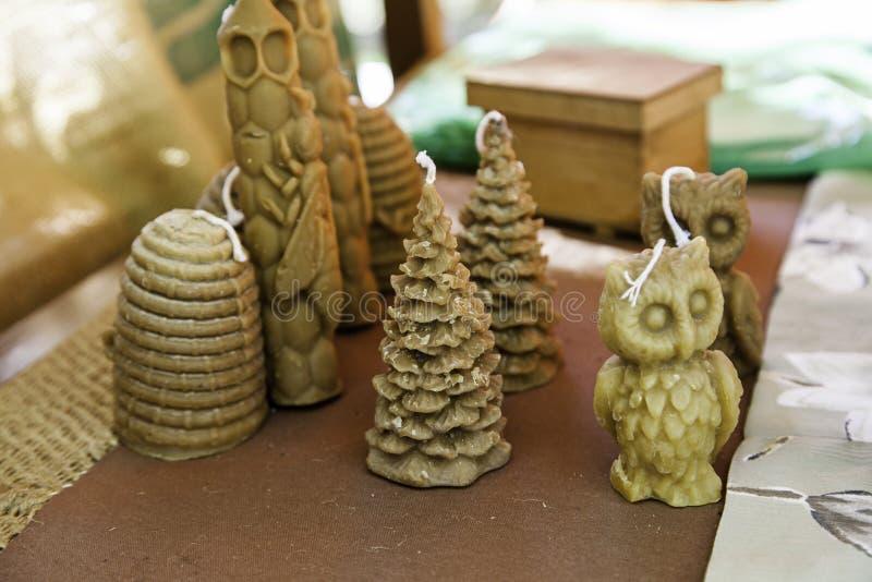 Velas hechas a mano de la cera de abejas con diversas formas fotografía de archivo libre de regalías