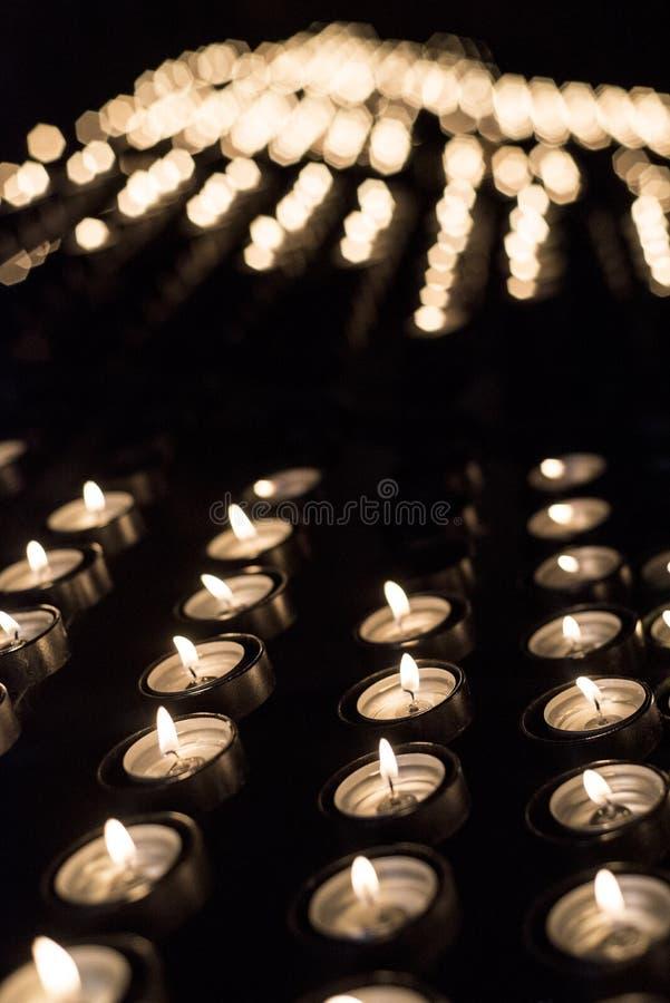 Velas iluminadas em um santuário cristão para ofertas espirituais fotos de stock