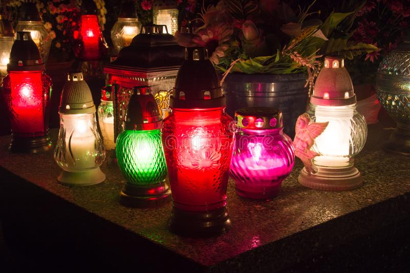 Velas iluminadas na sepultura em todo o dia de Saint fotos de stock