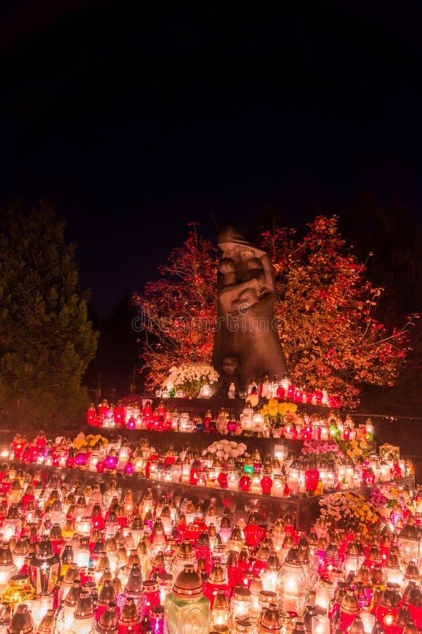 Velas iluminadas no monumento às vítimas do Golgotha do leste em todo o dia de Saint Monumento no cemitério de Gdansk Lostowice imagens de stock royalty free