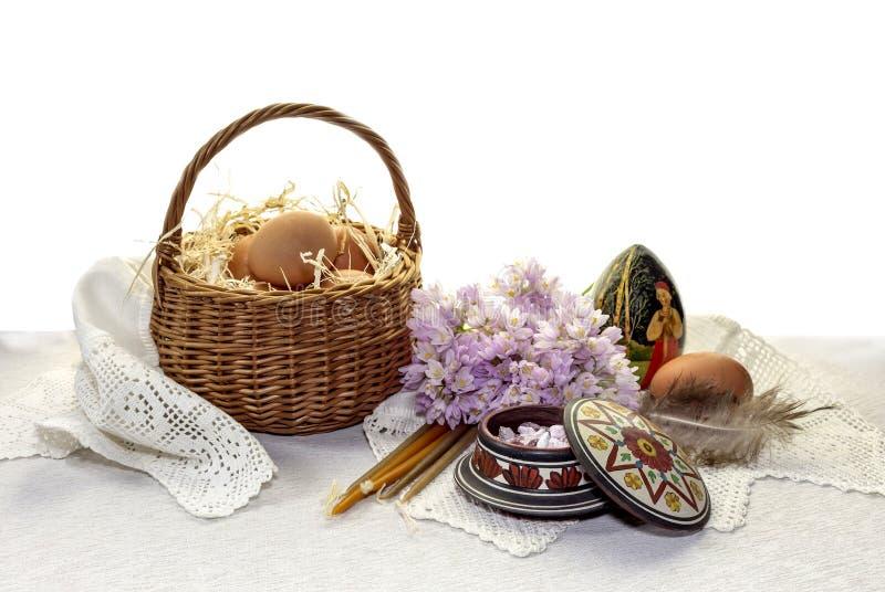 Velas, incienso y huevos de la iglesia en una jerarquía fotografía de archivo libre de regalías
