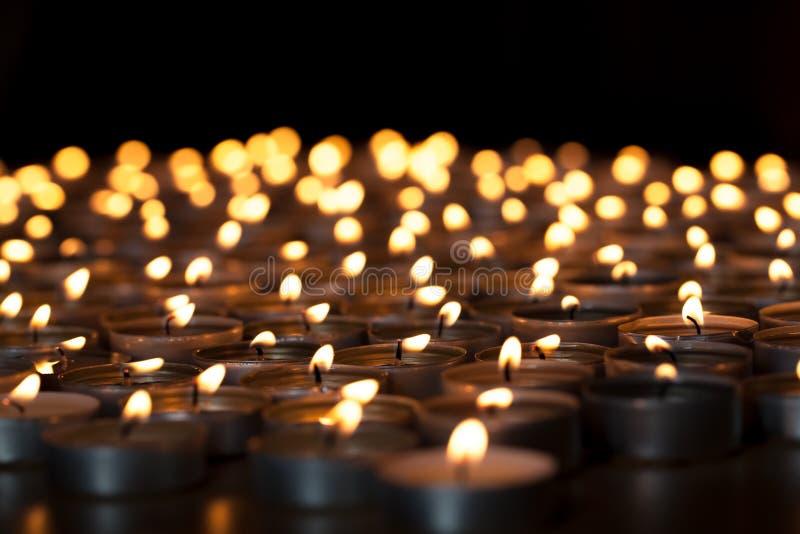 Velas llameantes Imagen espiritual de los tealights que proporcionan l sagrado imagen de archivo