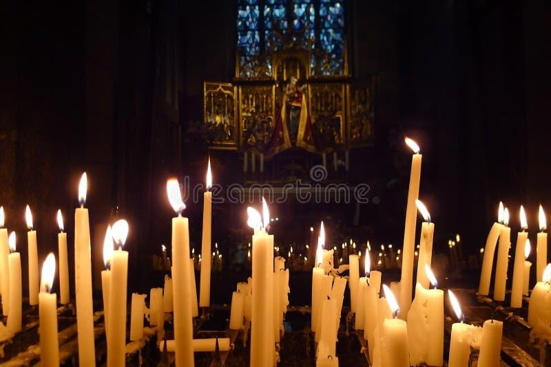 Velas na igreja fotografia de stock royalty free