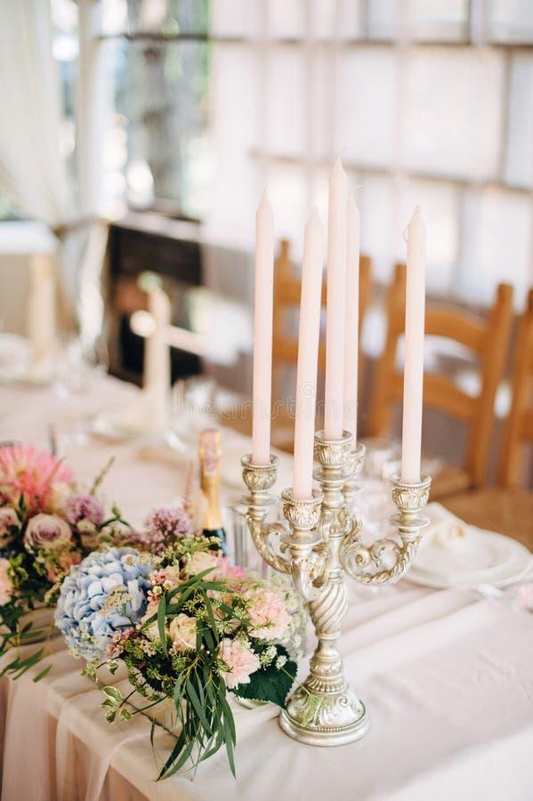 Velas na tabela com flores fotografia de stock royalty free