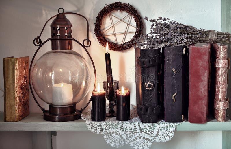 Velas negras ardiendo, lámpara pasada de moda y velas negras pentagramBurning, lámpara pasada de moda y pentagram imagen de archivo