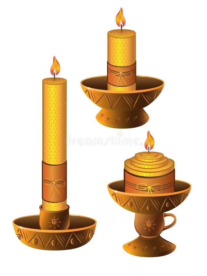 Velas nos castiçal Grupo de velas de queimadura da cera em castiçal da argila Velas nos castiçal feitos de materiais tradicionais ilustração royalty free