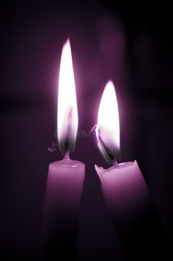 Velas púrpuras del amor foto de archivo