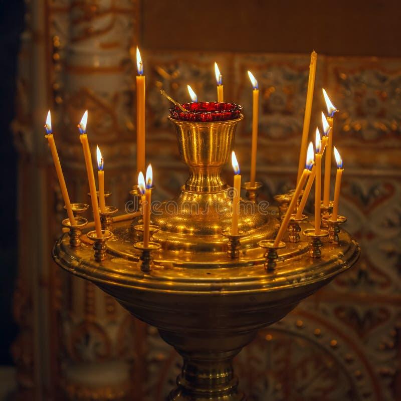 Velas que queman en iglesia ortodoxa foto de archivo libre de regalías