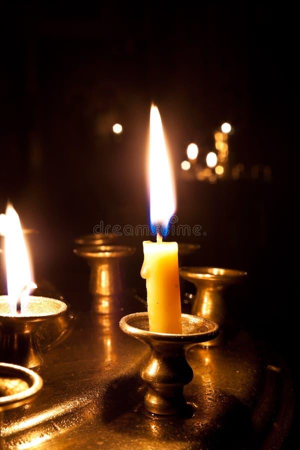 Velas que queman en la iglesia. imagen de archivo