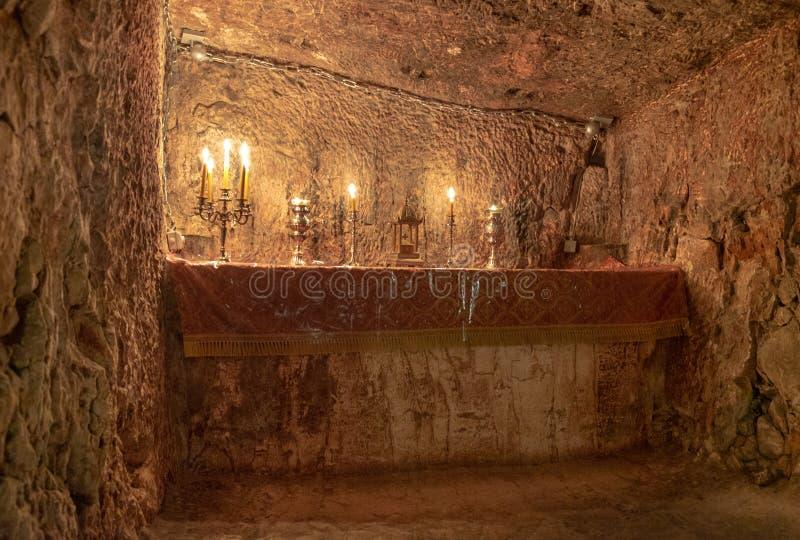 Velas que se encienden en la prisión de Jesus Christ, prisión de los ladrones y de Barabbas, Jerusalén fotos de archivo