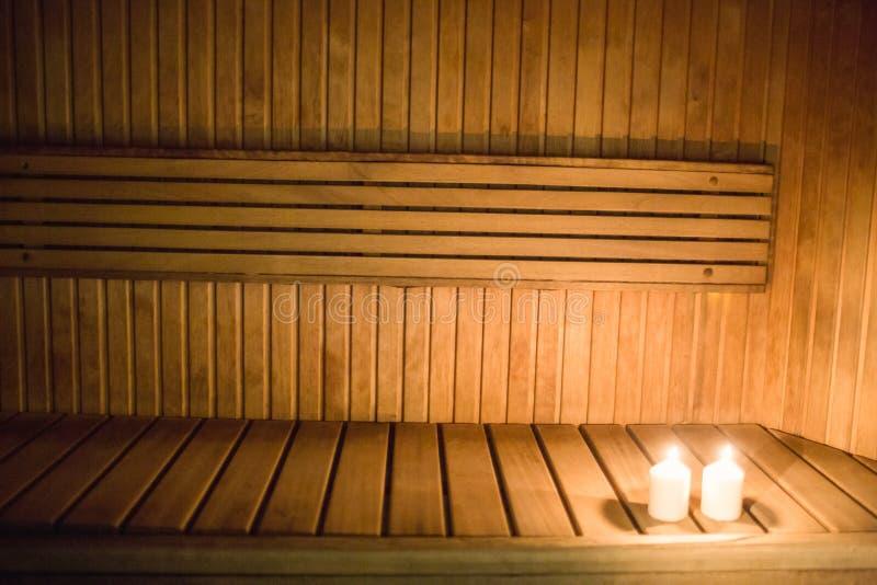 Velas que se encienden en una sauna fotografía de archivo